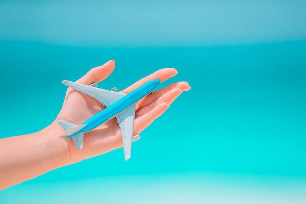 Close-up van kaart en modelvliegtuigachtergrond de zee