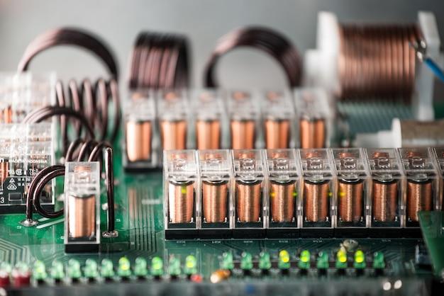 Close-up van kanalen en passages op een microcircuit aangesloten op een fabriek van elektrische apparatuur. het concept van beproefde moderne apparatuur