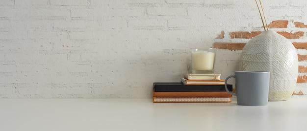 Close-up van kantoor aan huis bureau met boeken, mok, decoraties en kopie ruimte