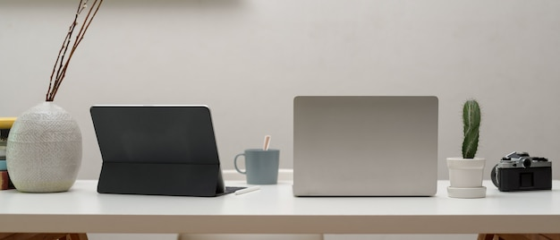 Close-up van kantoor aan huis bureau met digitale apparaten en camera,