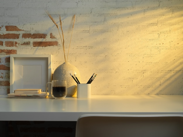 Close-up van kantoor aan huis kamer met briefpapier, koffiemok, decoraties en kopie ruimte op tafel