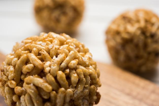 Close up van karamel gepofte rijstballen of murmura laddu of ladoo, gezonde indiase voeding. selectieve focus