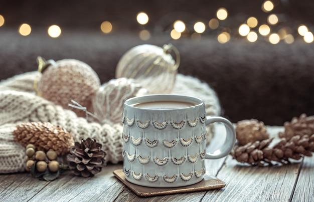 Close up van kerst beker en feestelijk decor op onscherpe donkere achtergrond met bokeh.