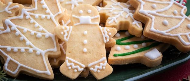 Close-up van kerst versierde suiker koekjes in een plaat.