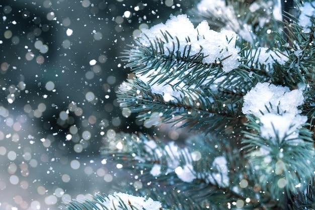 Close-up van kerstboom met licht, sneeuwvlok. kerstmis en nieuwjaar vakantieachtergrond. vintage kleurtoon.