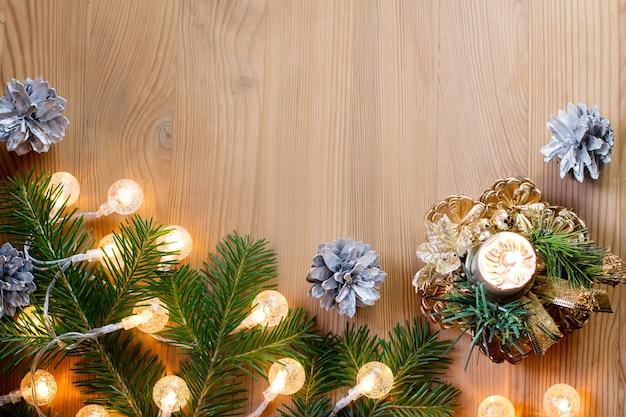 Close-up van kerstboom met verlichting, kaars en decoraties. kopieer ruimte, bovenaanzicht