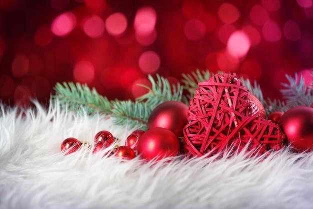 Close-up van kerstdecor op witte vacht tegen intreepupil lichten