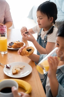 Close-up van kinderen die aan tafel zitten