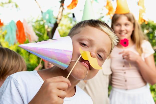 Close-up van kinderen die plezier hebben op een feestje