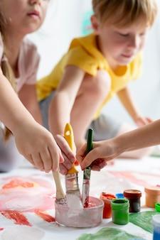 Close-up van kinderen met penselen