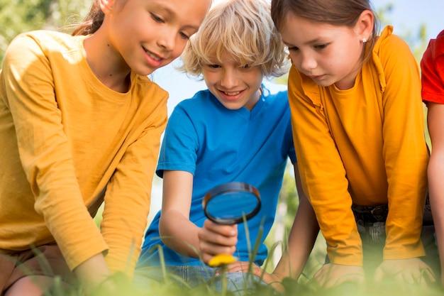 Close-up van kinderen met vergrootglas