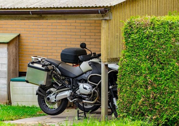 Close up van klassieke motorfiets op huis achtergrond.