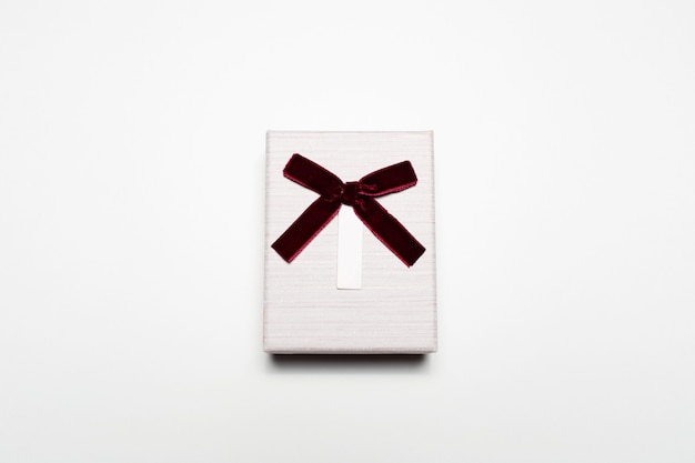 Close-up van kleine giftdoos met geïsoleerde boog.