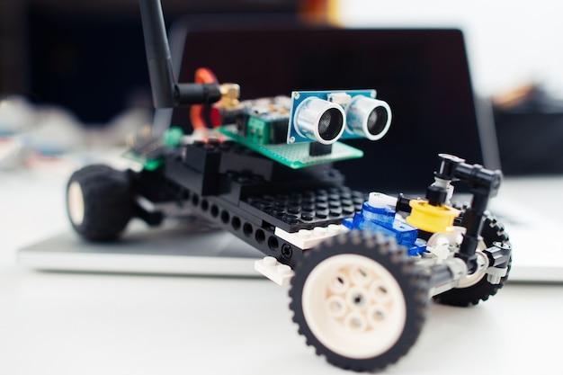 Close-up van kleine handgemaakte speelgoedauto.