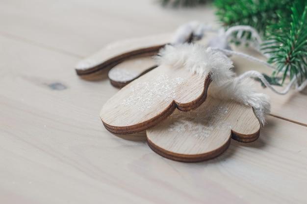 Close-up van kleine houten ornamenthandschoenen op de lijst onder de lichten