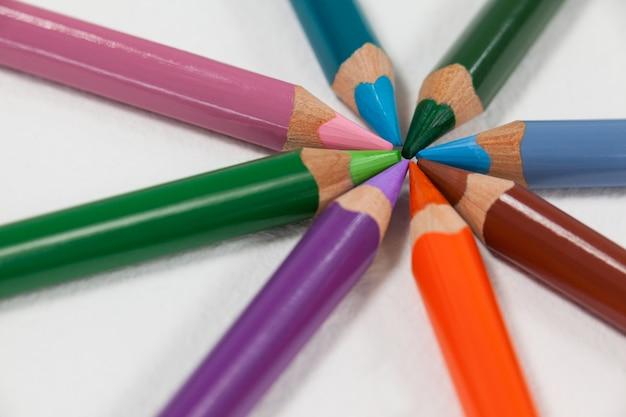 Close-up van kleurpotloden die in een cirkel worden gerangschikt