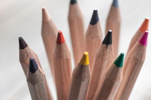 Close-up van kleurpotloden om op onscherpe achtergrond te tekenen