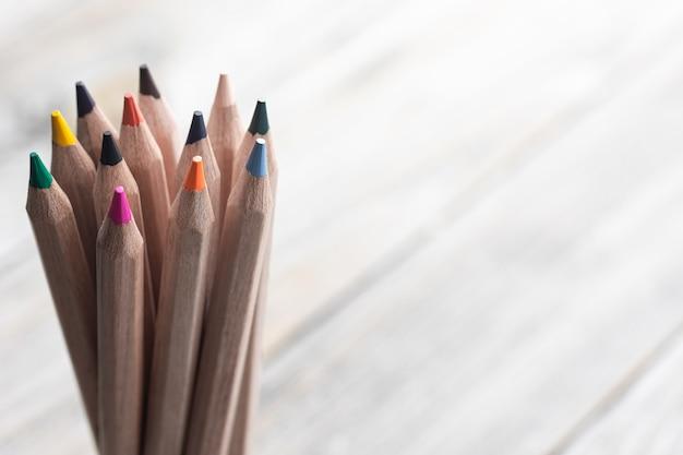 Close up van kleurpotloden voor het tekenen op onscherpe achtergrond kopie ruimte.