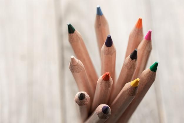 Close up van kleurpotloden voor het tekenen op wazig oppervlak kopie ruimte