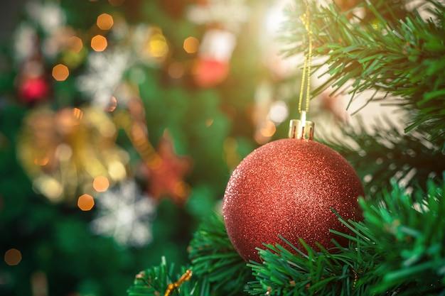 Close-up van kleurrijke ballen op groene kerstboom achtergrond decoratie tijdens kerstmis en nieuwjaar.