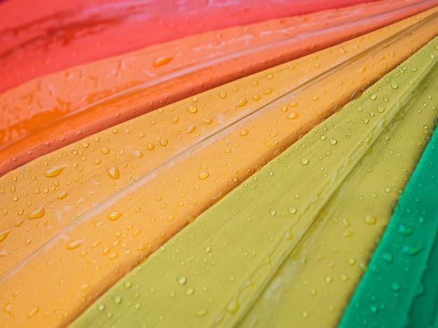 Close-up van kleurrijke paraplu's en regendruppels, bovenaanzicht