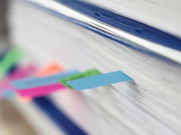 Close-up van kleurstickers tussen documentenmap