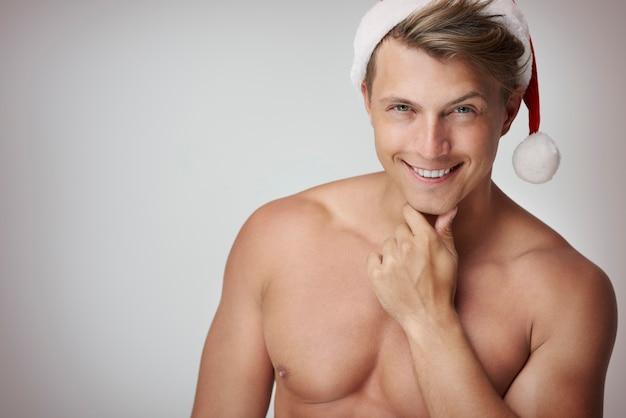 Close up van knappe man met kerstmuts