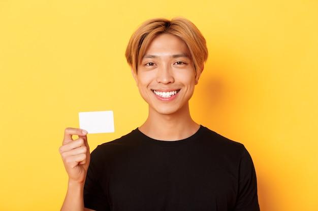 Close-up van knappe tevreden aziatische man met blond haar