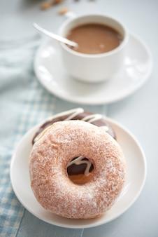 Close-up van koffie en donuts