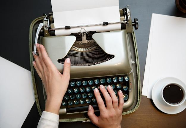 Close-up van koffie en handen schrijven