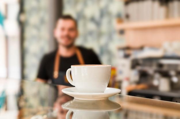 Close-up van koffie op weerspiegelende glasteller in caf�