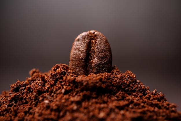 Close-up van koffiebonen op de gemengde hoop gebrande koffie
