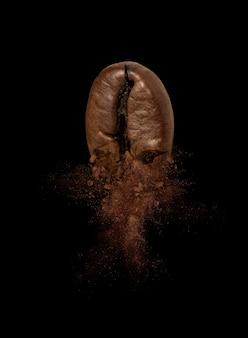 Close-up van koffieboon explosie op zwart