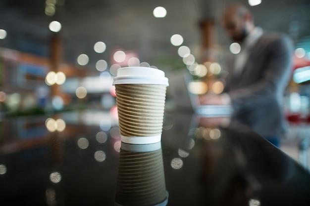 Close-up van koffiekop bij balie