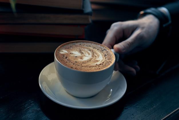 Close up van koffiekopje in een café