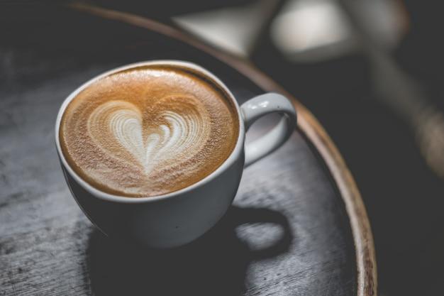 Close-up van koffiekopjes vrouwen genieten van koffie in een coffeeshop luchtfoto