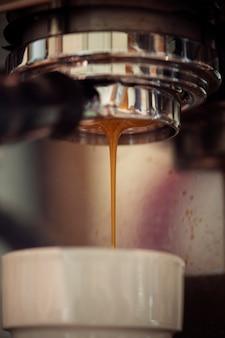 Close-up van koffiemachine die espressodrank maken