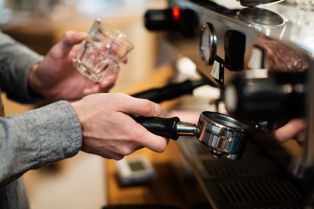 Close-up van koffiemachine en glas