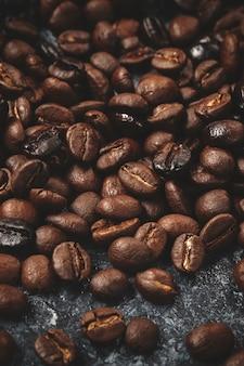 Close-up van koffiezaden op donker