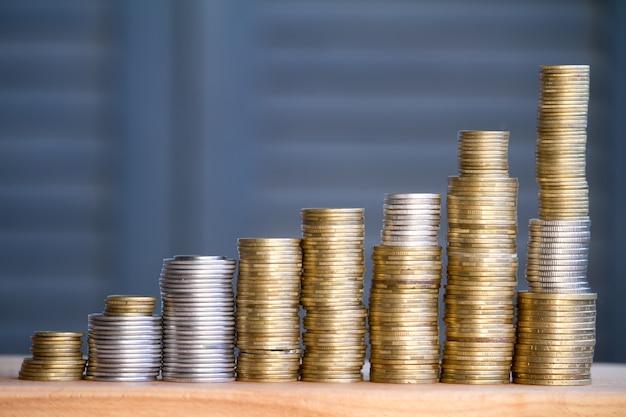 Close-up van kolommen van multi-coloured munten van toenemende hoogte, het concept van besparing en besparing van geld, selectieve focus