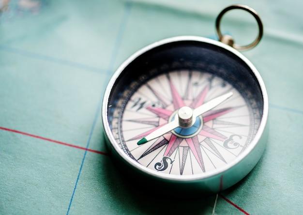 Close-up van kompas op de kaart
