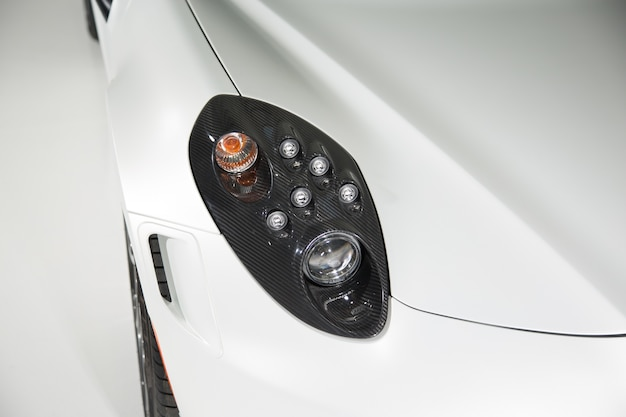 Close up van koolstofvezel koplamp op sportwagen