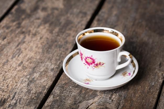 Close-up van kop thee op uitstekende houten oppervlakte