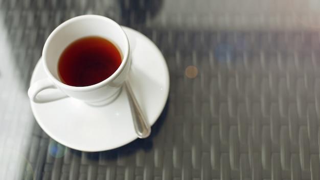 Close-up van kopje thee op vintage houten achtergrond
