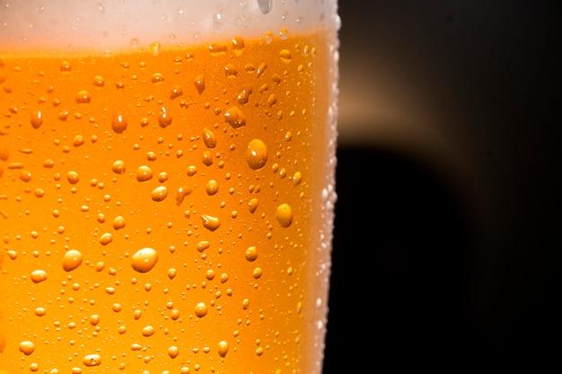 Close up van koud bier met druppels en bubbels
