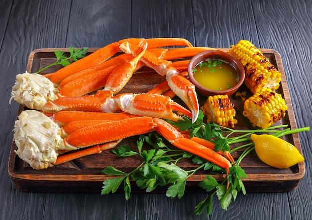 Close-up van krabbenpoten met gegrilde maïs in kolven