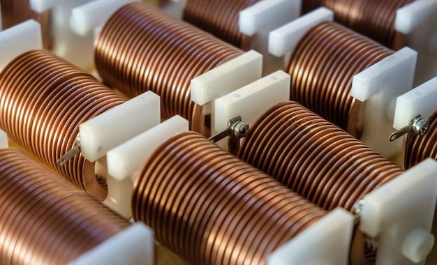 Close-up van krachtige koperdraad met hoge frekwentie op achtergrond van talrijke onscherpe kabels.