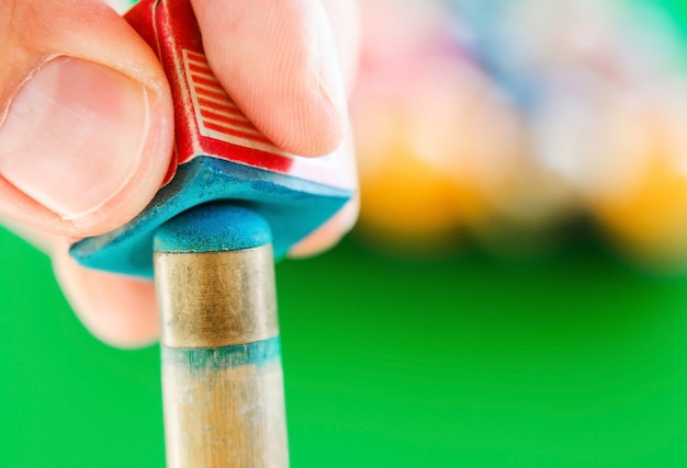 Close-up van krijt wrijvings biljartkeu.