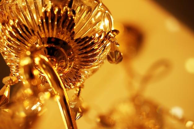 Close-up van kroonluchter het hangen van het plafond