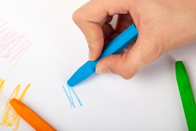 Close-up van kunstenaars hand schilderen met krijt, kunst